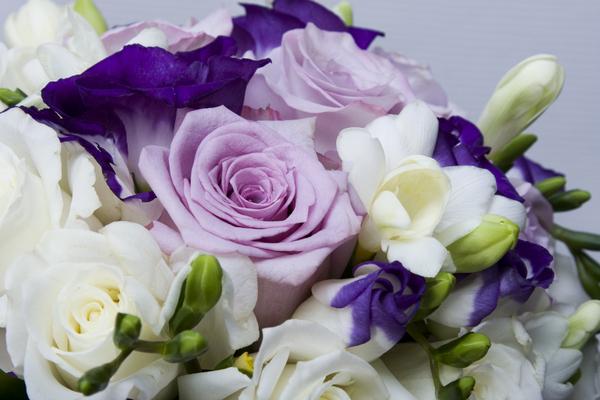 Букет невесты в бело сиреневой гамме