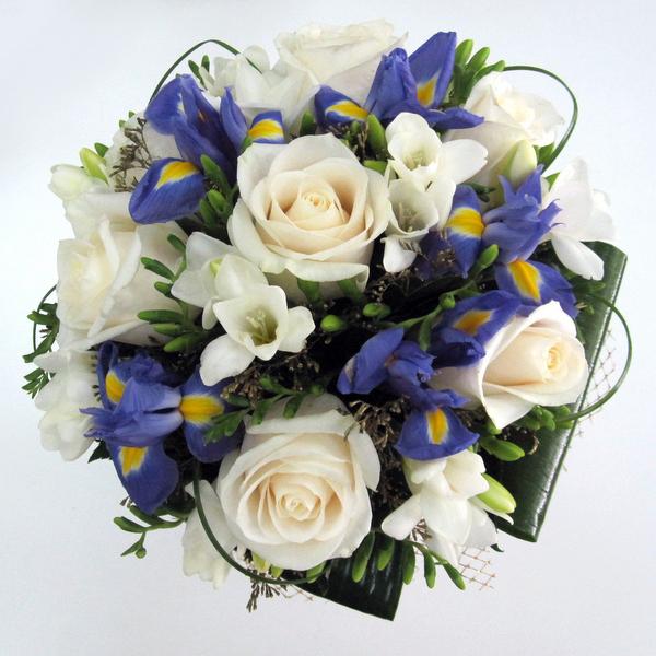 Букет невесты с белыми розами и ирисами, магазин